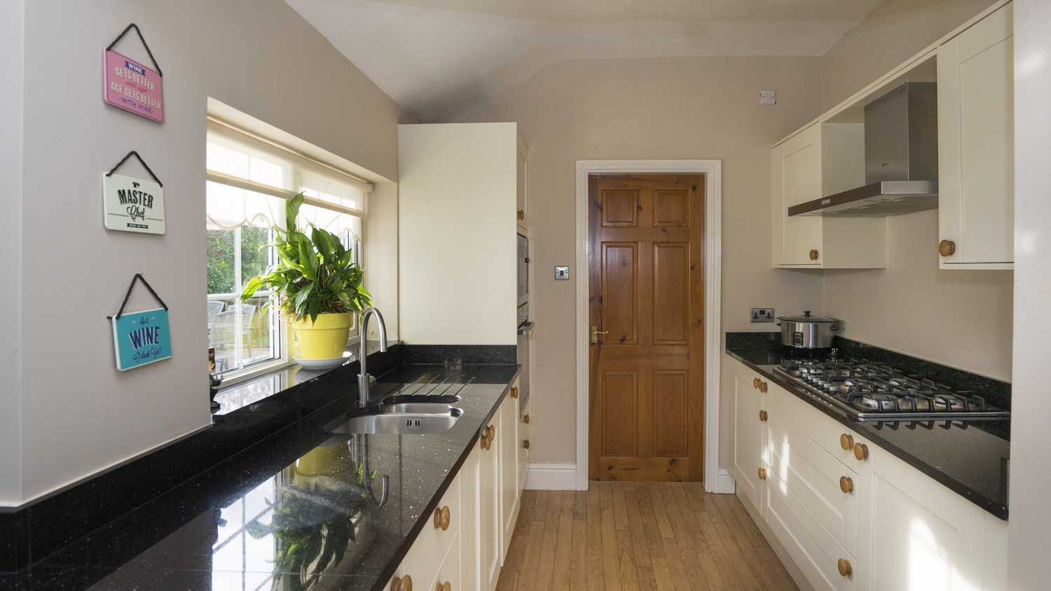 In the corner of the kitchen sits a gallery area that has created the perfect space for cooking with the sink, oven and hob all in close proximity.